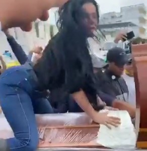 Despiden a un difunto en una ceremonia reggaetonera
