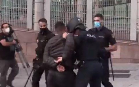 """Un policía haciéndole un """"Zidane"""" a un detenido"""