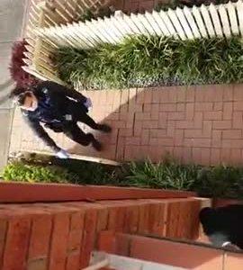 Un hombre alucina al ver a la policía tirar su puerta abajo y detenerle por organizar una protesta por el virus en Facebook
