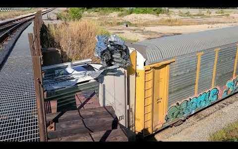 Un maquinista se niega a plegarse a las leyes de la física y atraviesa por sus huevos morenos un puente más bajo que su tren