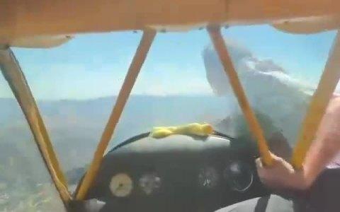 Arranca el motor de una avioneta de forma manual en pleno vuelo