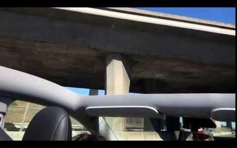 Un Tesla Model Y recién entregado pierde el techo en plena autopista