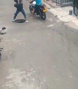 Monguer of the day: intentando robar una tapa de alcantarilla para venderla al peso
