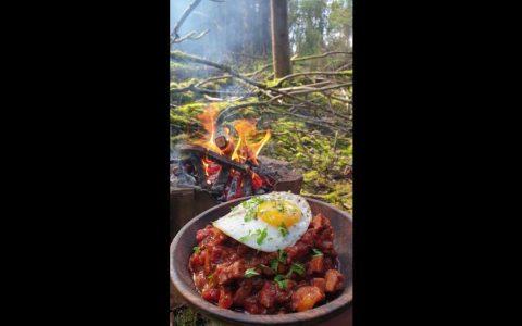 Gulash húngaro cocinado en pleno bosque