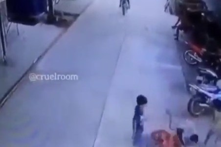 Un chaval es atacado por otro y su padre entra en acción justo en el momento exacto