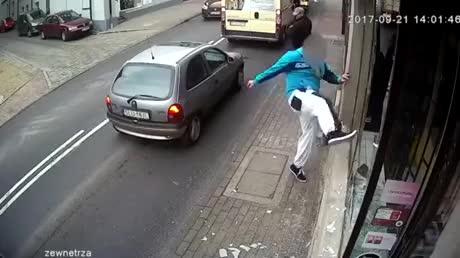 Una persona llama a la policía mientras presencia un robo, pero... el karma llega antes