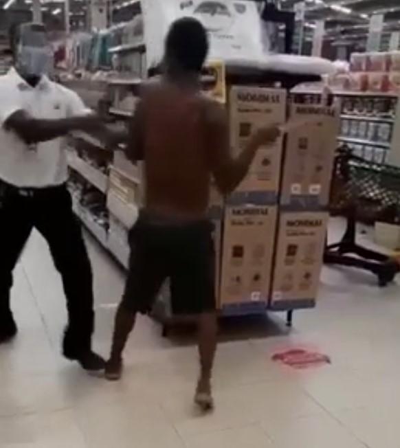 Ataca a un dependiente con un cuchillo en un supermercado
