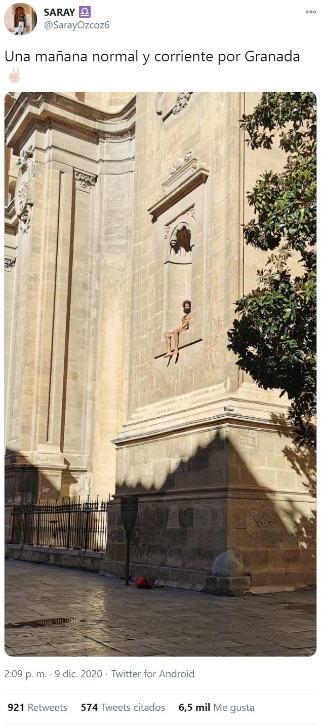 La segunda venida: Rescatan a Jesucristo atrapado en la fachada de un edificio en Granada