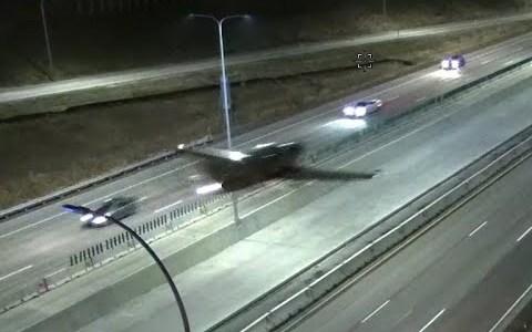 Jet aterriza en plena autovía