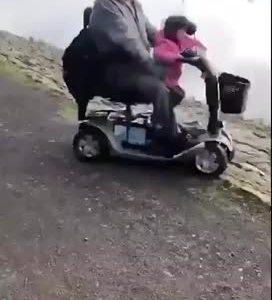 Cuando dejas a tu nieta que conduzca tu silla de ruedas eléctrica