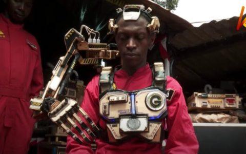 Un ingeniero keniata crea el exoesqueleto robótico que te permite controlar cosas usando solo tu mente