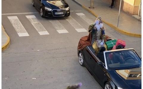 """""""No se ven"""": La cabalgata de reyes a la velocidad de la luz que dislocó los cuellos de los críos de Tenerife"""