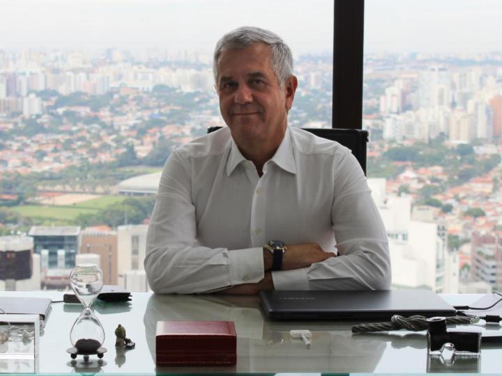 Yon Moreira, CEO do Surf Group, fala sobre inclusão digital em webinar da USP e OCDE