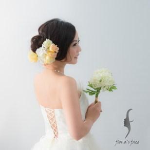 Low loose bun side part wedding hairstyle with flowers Simple but elegant for a young bridal look~ 簡潔高貴側低髻造型 中度頭髮長度也沒問題 襯上粉色桔梗花~婚紗晚裝也可以~