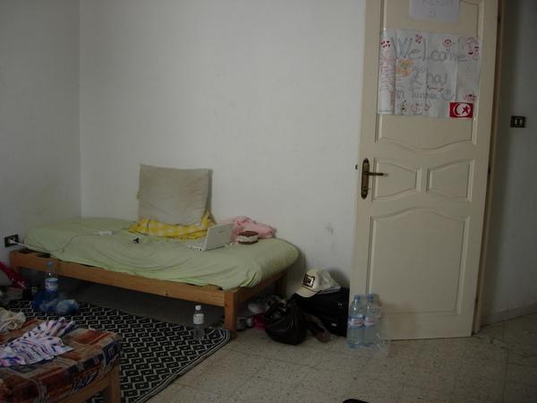 我的床躲在門後面