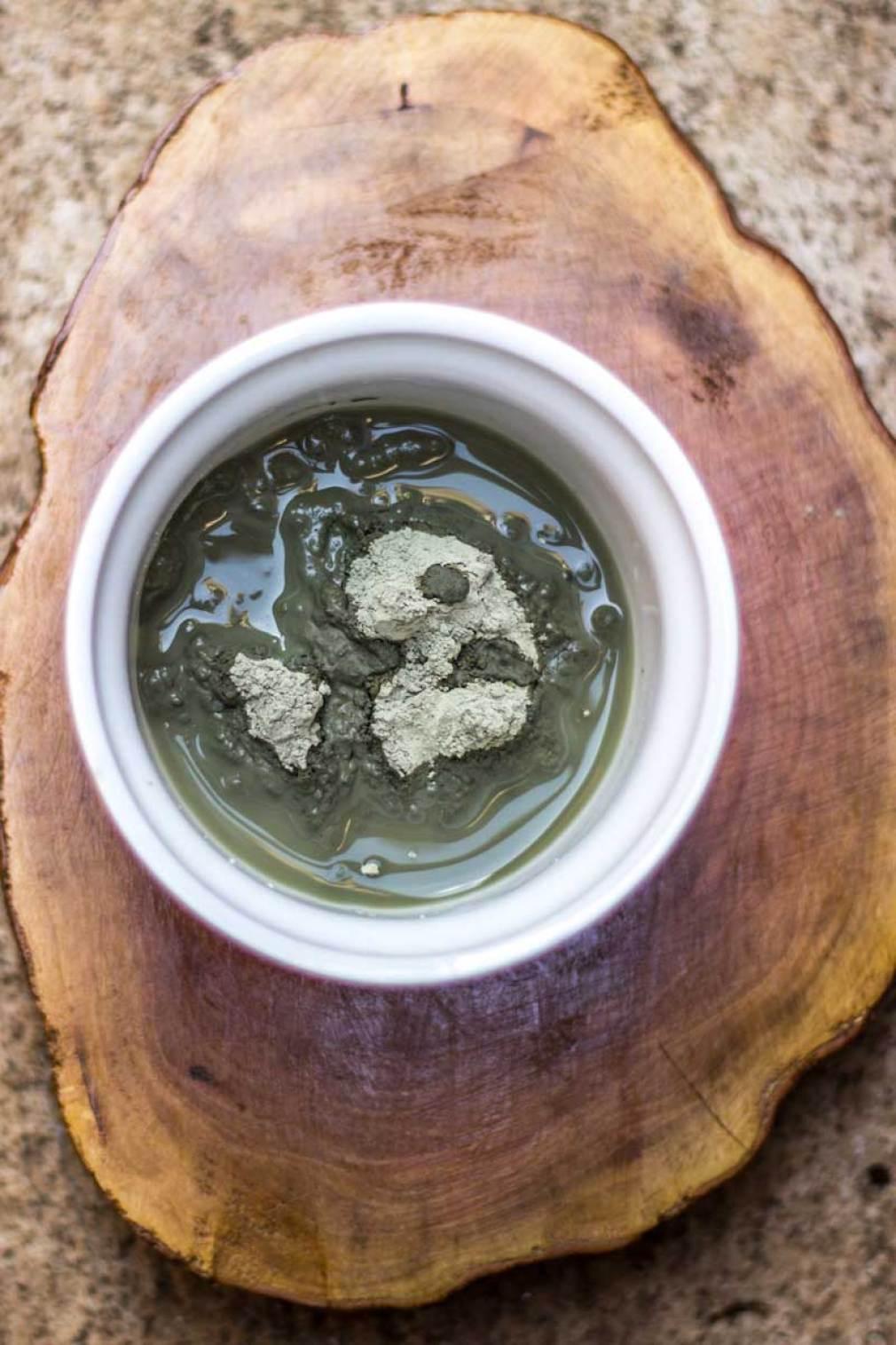 Proporção de 1 colher de argila para 2 e meia de água potável
