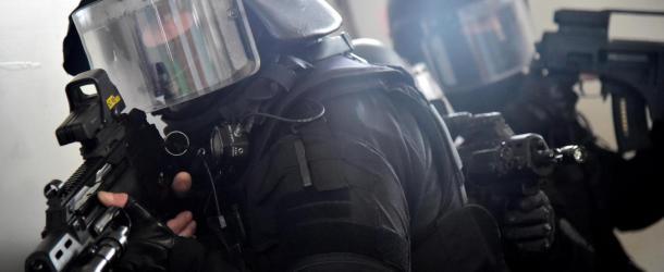 Retranché dans un immeuble avec un fusil à pompe, il tire sur la police