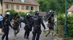 L'assaut des hommes du RAID dans une maison au centre-ville