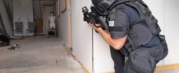 Prise d'otages terroriste fictive et fusils d'assaut : en coulisses avec le RAID
