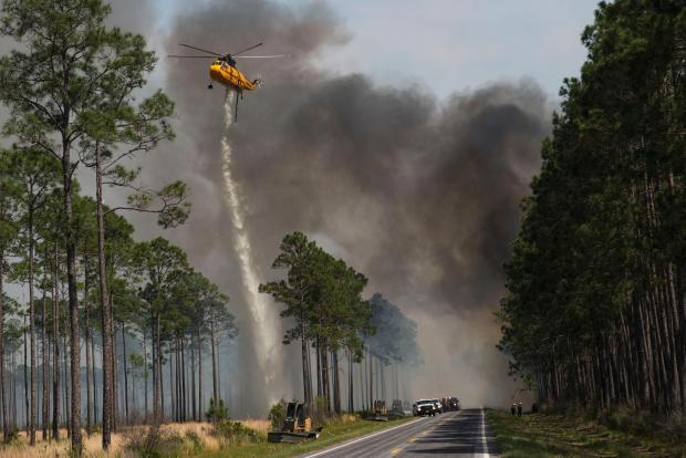 DC-10 tanker joins West Mims Fire efforts