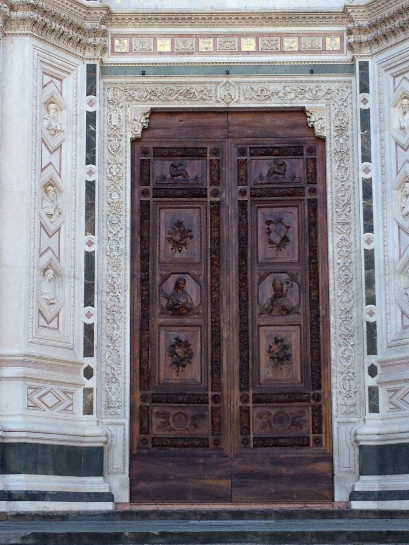 中央扉 真ん中の段は聖女レパラータ(左)と聖ザノビ(右)