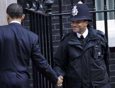Obama shakes officer hand
