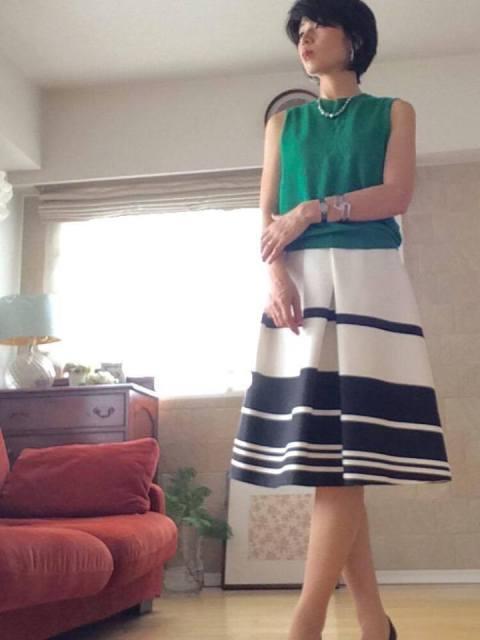 渡辺千晶ファッションコーディネート例(グリーンノースリーブ&スカート)