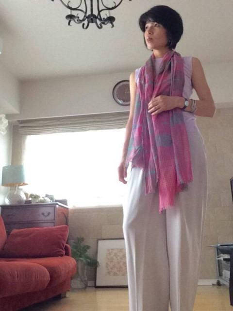 渡辺千晶ファッションコーディネート例(パープルノースリーブ&ワイドパンツ&大判ショール)