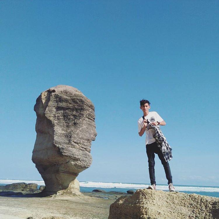 Wisatawan berfoto di dekat batu payung di Lombok, sumber ig @al_khurus