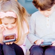 children-on-smartphones