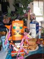 Birthdaykatze mit Luftschlange, Kette, Salmiakki, Wein und Lollies