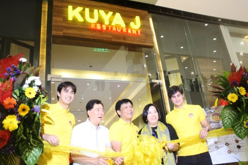 James (leftmost) and Phil (rightmost) Younghusband with Bacolod Mayor Monico Puentebella (2nd from left), Winglip K. Chang (3rd from left), and Julia Estrella-Javellana (4th from left).