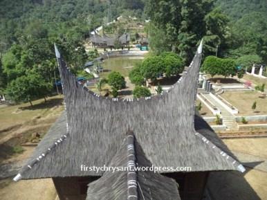atap dapur. Gunung Bungsu di belakang Istana Paguruyuang