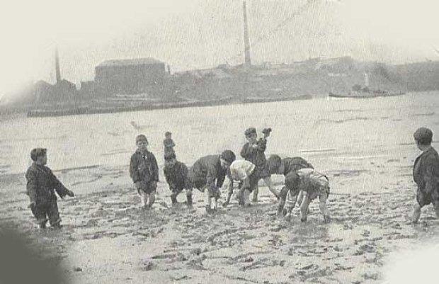 Dzieci-pracujące-na-wybrzeżu-Tamizy-Thames-mudlarks-1901-Londyn