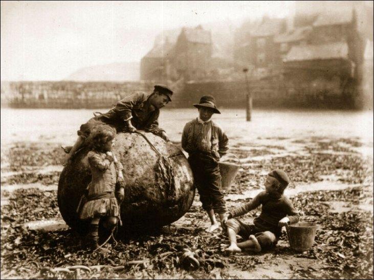 Dzieci-pracujące-na-wybrzeżu-Tamizy-Thames-mudlarks-19-wiek-Londyn