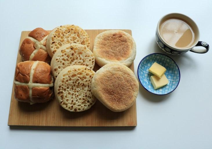 tradycyjne-wypieki-angielskie-crumpets-muffins-hot-cross-buns