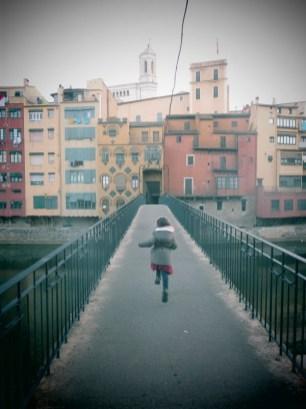 enfant courant sur un pont à Gérone