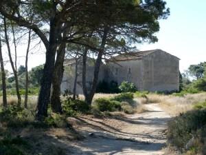 maison et sentier sur la presqu'île de Sainte-Lucie dans l'Aude