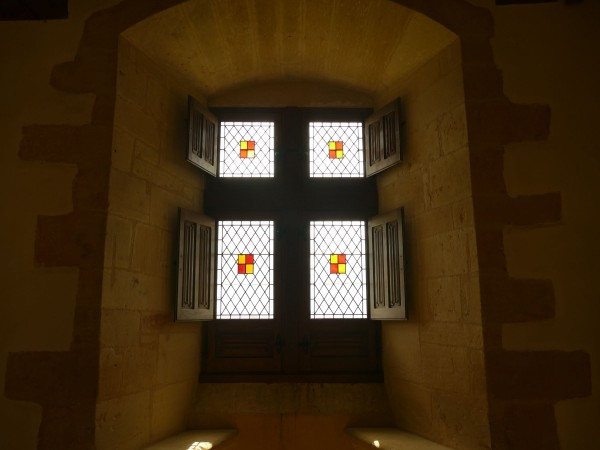 fenêtre dans le château de Biron en Dordogne