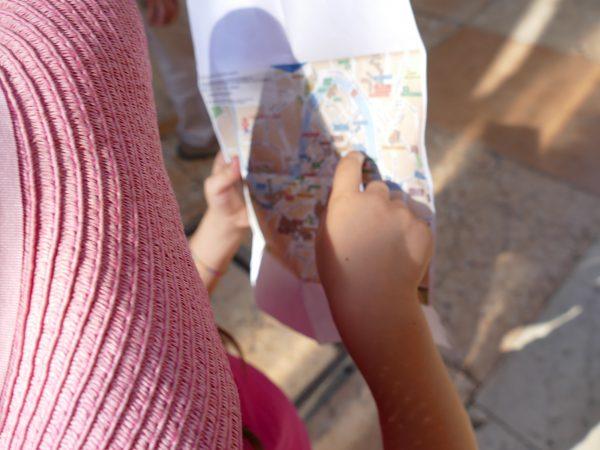 enfant lisant la carte de Vérone