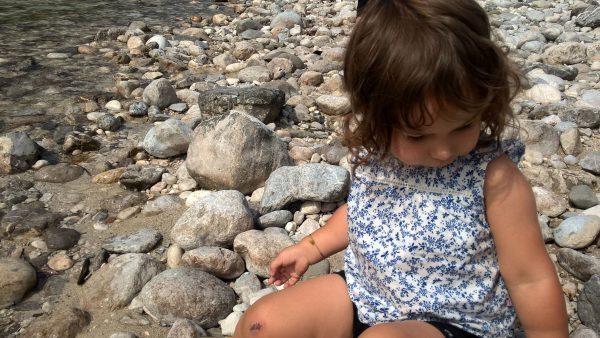 enfant au bord de La Soča