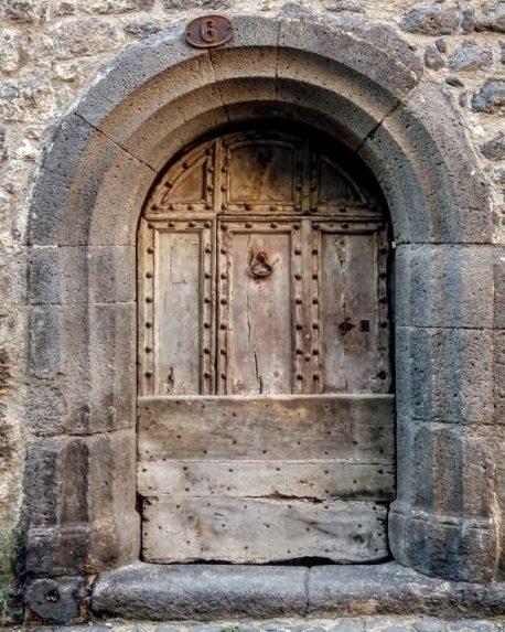 Lourde porte en bois - Agde