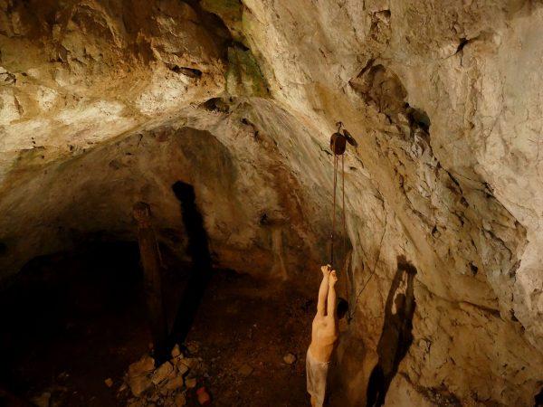 mise en scène morbide dans le château de Predjama
