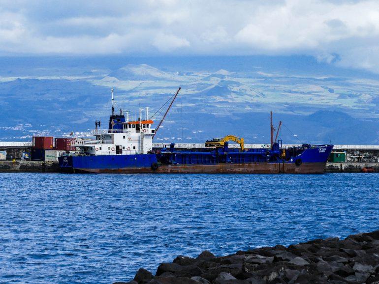 bateau dans le port d'Horta sur Faial (Açores)
