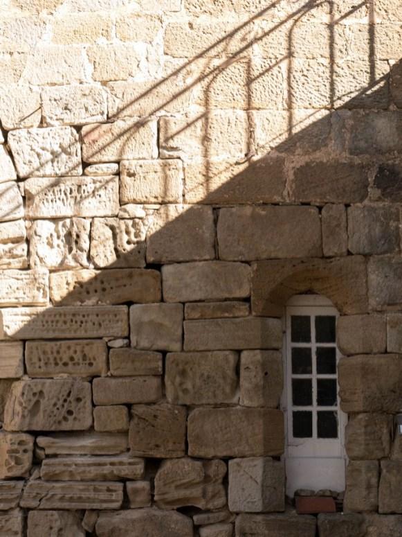 détail d'une fenêtre - prieuré de grandmont dans l'Hérault