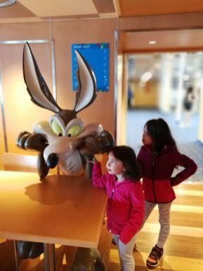 les filles et vil coyote sur un ferry moby lines