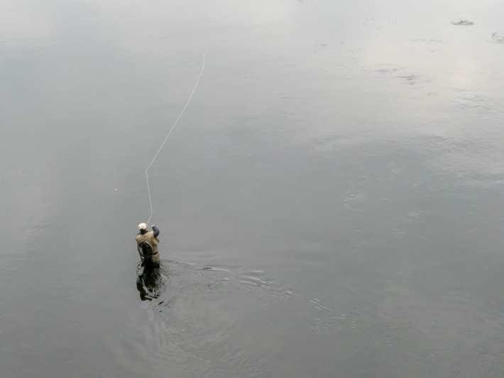 pêcheur à la mouche sous le pont d'Argentat