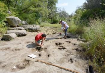 volunteers_measuring_a_large_theropod_trackway.--~witte_museum