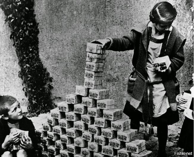 Так готовили почву для прихода Гитлера. Немецкие дети играют пачками ничего не стоящих денег. Ноябрь 1923 г. 1$ стоит 4200000000000000 марок.