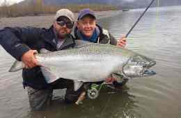 Fiskerejser-og-fiskeeventyr-Curtis-med-monster-stor-kongelaks-fra-Harrison